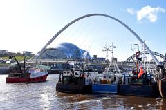 Fishing vessels join Tyneside Brexit protest