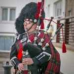 … after being welcomed by bagpiper Calum Lawrie.