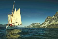 Ilen sailing up a West Greenland fjord. (Photo: Tony Daly)