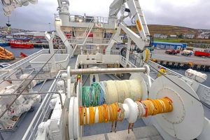 Two 95t net drums lie slightly to port of the vessel's centreline.