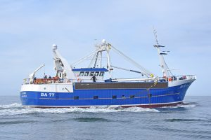 Alcedo towing the dredges on the surface.