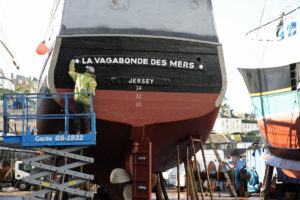 Steve Green's team finishing the repaint of La Vagabonde des Mers.